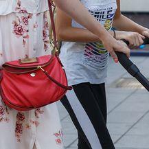 Jelena Perčin nosi crvenu torbicu s potpisom Marca Jacobsa