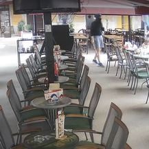 Maskirani huligani pretukli starca u kafiću u Puli (Screenshot: Ron Biteri/Facebook)