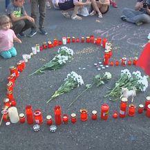 Prosvjed u Rumunjskoj, polaganje cvijeća (Foto: Dnevnik.hr)