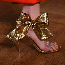 Zlatne sandale i crvena haljina - savršen par