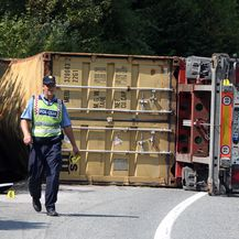 Kamion se prevrnuo u Kupljenskom kod Vojnića (Foto: Kristina Štedul Fabac/Pixsell) - 4