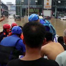 Spašavanje bebe iz poplava u Kini - 1