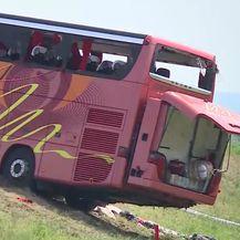 Izvlači se autobus koji je sletio s autoceste kod Slavonskog Broda