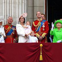 Istaknute članice kraljevske obitelji na vojnoj paradi obično nose odjeću s rukavima - 4
