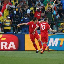 Ashley Cole slavi gol, Lampard i Rooney prosvjeduju (Foto: AFP)