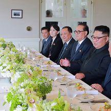 Delegacije SAD-a i Sjeverne Koreje na radnom ručku (Foto: AFP)