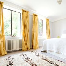 Žute zavjese u spavaćoj sobi