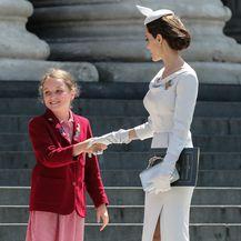 Angelinu je ispred katedrale pozdravila malena obožavateljica