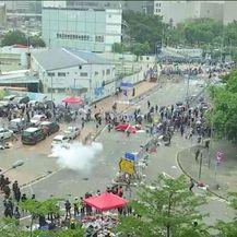 Policija suzavcem na prosvjednike u Hong Kongu (Video: Reuters)