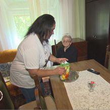 Marijana Dragić, radnica za pomoć starijima i osobama s invaliditetom, i korisnica programa Zaželi (Foto: Dnevnik.hr)