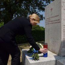 Predsjednica Republike položila je cvijeće na spomenik žrtvama nacističkog pokolja u Maloj Gajani pokraj Vodnjana (Foto: Ured Predsjednice)