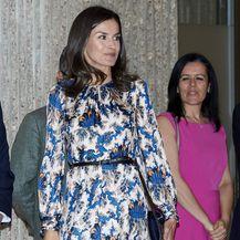 Kraljica Letizia u haljini \'za iznositi\' koja laska i XS i XL figurama - 4