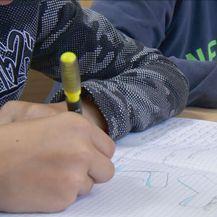 Učenici pišu u bilježnice