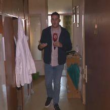 Domagoj Mikić u izgorjeloj zgradi u Trnskom
