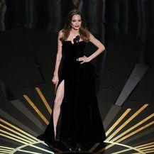 Angelina Jolie u haljini modne kuće Versace na pozornici Kodak teatra