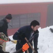 Pripadnici Civilne zaštite čiste u Fužinama (Dnevnik.hr)