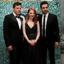 Nataša Janjić na svečanoj premijeri filma 'Comic Sans' s redateljem Nevijom Marasovićem i glumcem Jankom Popovićem Volarićem