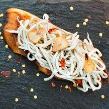 Mlade jegulje u Španjolskoj se najčešće poslužuju na kruhu sa češnjakom i čilijem
