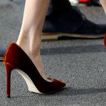 Meghan Markle u ženstvenim štiklama i uskoj suknji - 5