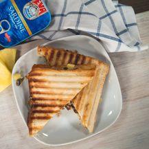 Tost sa sardinama, ananasom i čipsom
