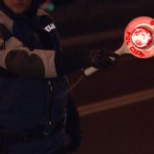 Policajac drži znak za zaustavljanje na cesti (Foto: Dnevnik.hr)