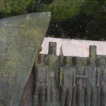 U Spomen parku na Šubićevcu grafitima devastirani spomenici poginulima (Video: Pixell)