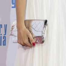 Chanelovu haljinu Penelope Cruz kombinirala je uz srebrnu torbicu