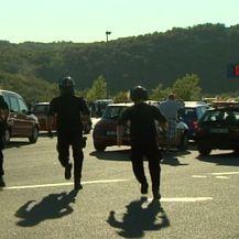 Specijalci trče prema uhićenima (Foto: Dnevnik.hr)