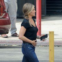 Jennifer Aniston u robusnijim gležnjačama i modelu traperica koje vole svaku figuru - 2