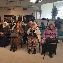 Obitelji stradalih Srebreničana prate prijenos presude u Potočarima (Foto: Dnevnik.hr)