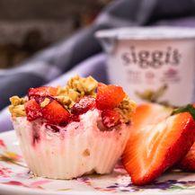 Muffini s jogurtom, jagodama i granolom