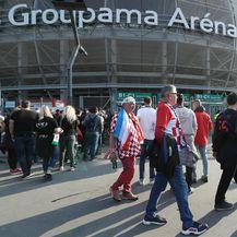 Navijači ispred stadiona Groupama Arena (Foto: Boris Šćitar/PIXSELL)