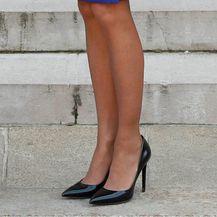 Brigitte Macron u crnim salonkama