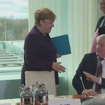 Merkel ostala bez rukovanja