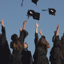 Bacanje kapa u zrak nakon proslave diplomiranja