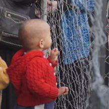 Dječak iza ograde