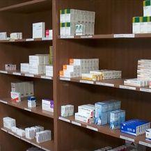 Police s lijekovima u ljekarni - 1