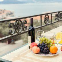 Terasa s pogledom na prekrasnu crnogorsku plažu