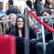 Ponosna Mila u društvu supruga Ashtona Kutchera