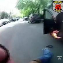 Policajci riskirali svoj život da spase muškarca iz gorućeg automobila (Screenshot YouTube/Inside Edition/Roselle PD)
