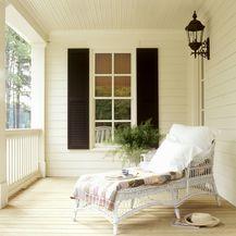 Kuća s lijepo uređenom verandom