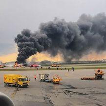 Avion u plamenu na moskovskom aerodromu (Foto: AFP)