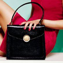 Crna torba fleksibilan je modni dodatak