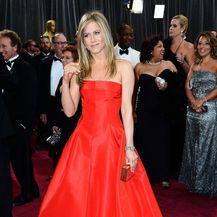Jennifer Aniston u crvenoj Valentino haljini na Oscarima 2013. godine
