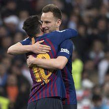 Rakitić i Messi u zagrljaju (Foto: AFP)