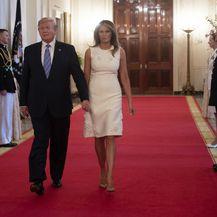 Melania Trump u bijeloj haljini i \'golim\' štiklama - 3