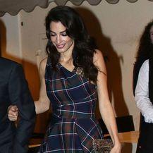 Amal Clooney u hlačama i topu istog kariranog uzorka - 2
