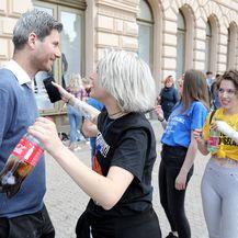 Zagreb: Maturanti zasuli brašnom Ivana Pernara na štandu Živog zida (Foto: Patrik Macek/PIXSELL)