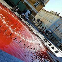 Voda u riječkoj fontani obojana u crveno (Foto: Facebook/Obrani PRAVO NA IZBOR) - 1