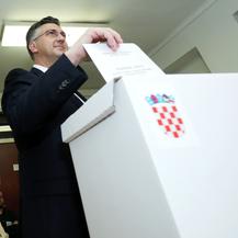 Zagreb: Premijer Andrej Plenković dao svoj glas na izborima za Europski parlament (Foto: Sanjin Strukic/PIXSELL)